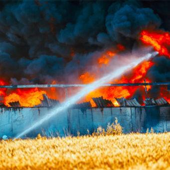 photo d'un hangar en proie aux flammes