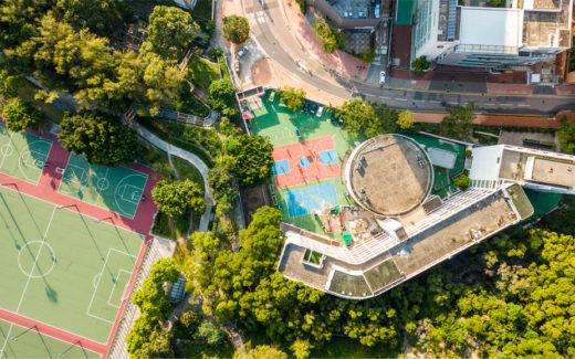 image d'infrastructures de sport côtoyant des immeubles
