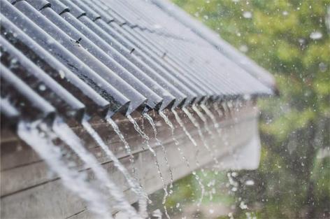 photo d'eau qui s'écoule d'un toit